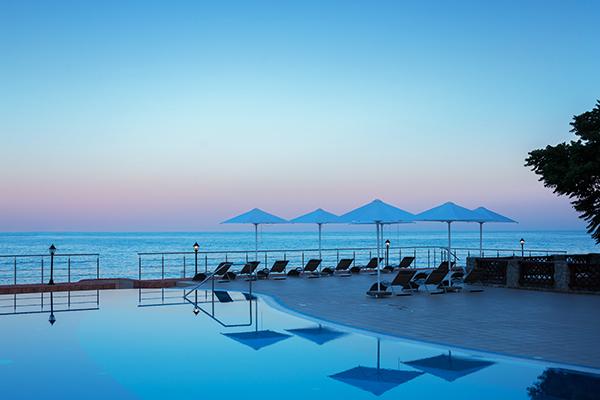 Отель Riviera Sunrise Resort & Spa,Открытый бассейн и вид на море