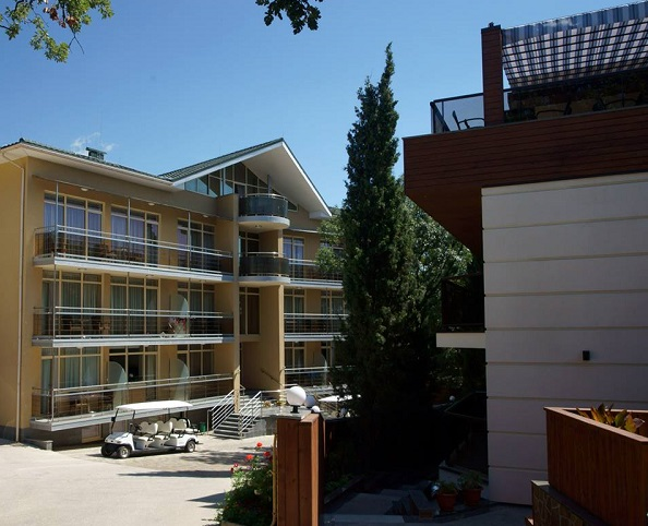 Отель Багатель,Дворик у основного корпуса