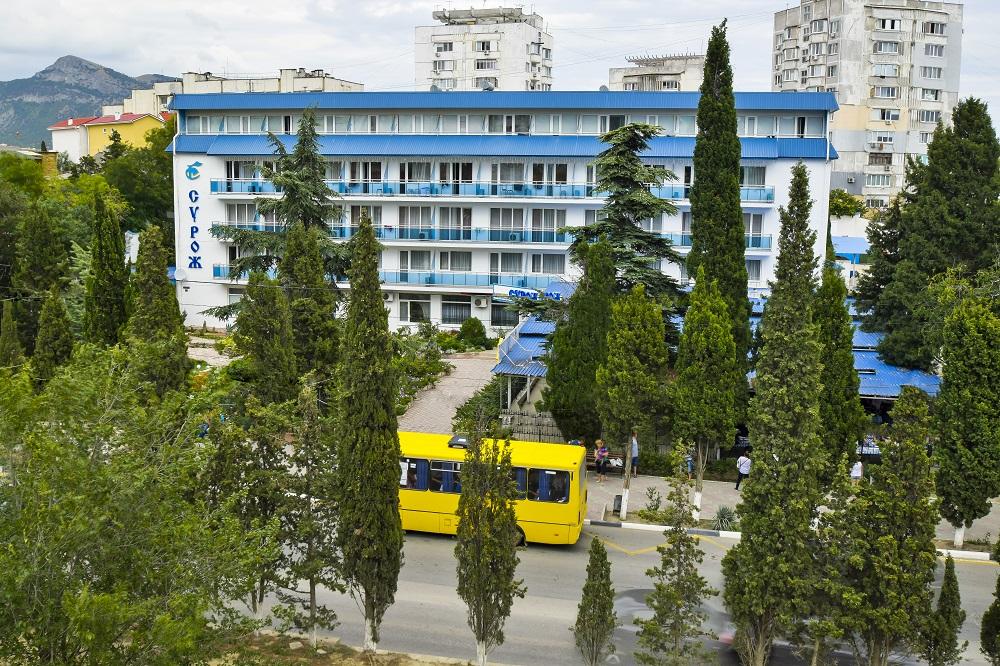 Отель Сурож,Сурож фасад с остановкой