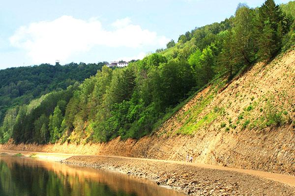 Берег реки Юрюзань у подножия горы Янгантау