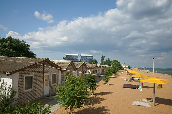 Каменные домики и пляж