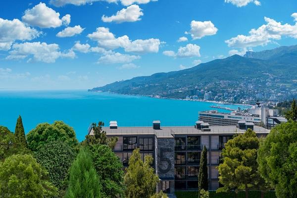 Отель Green park Yalta-Intourist,Внешний вид корпуса Green Park и вид на Ялту