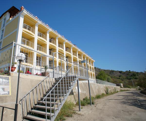 Гостиница Легенда ,Вид с дороги на корпус