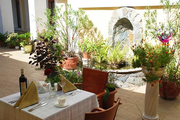Ресторан. Внутренний дворик
