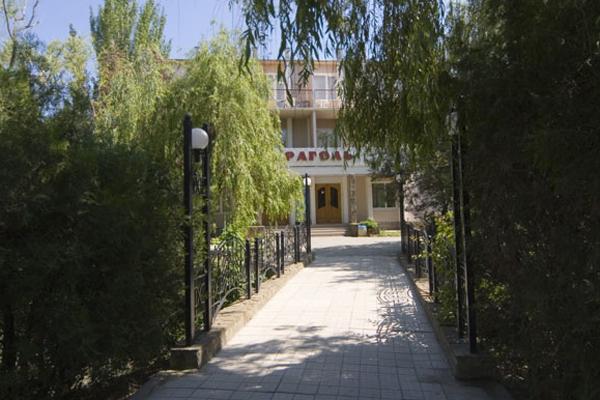 Гостиница Караголь,Территория
