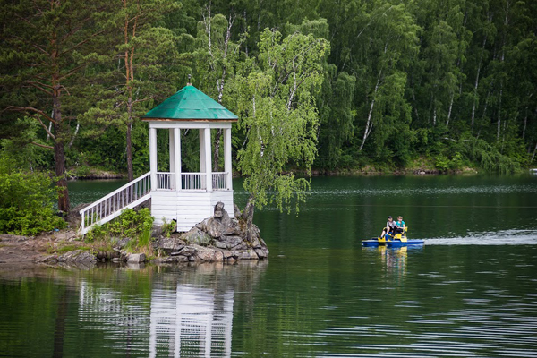 Беседка на озере