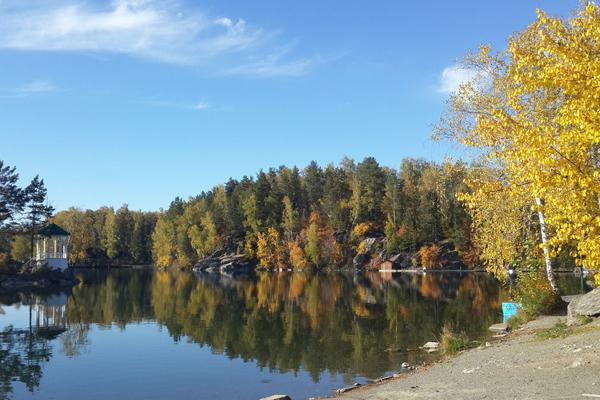 Беседка на озере. Осень.