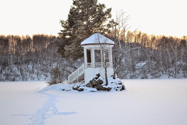 Беседка на озере. Зима