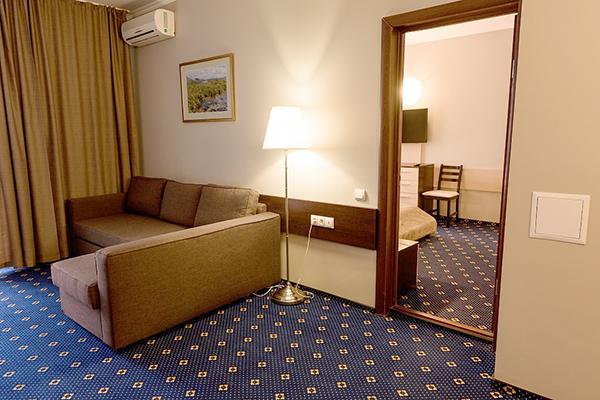 Люкс 2-местный 2 комнатный вид на озеро (корпус Югославский) (6)