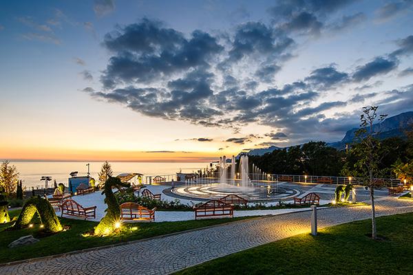 Санаторно-курортный комплекс Mriya resort,Вечерний вид территории. Фонтан