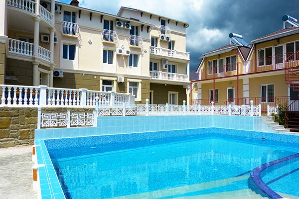 Отель Романтик,Вид корпуса и бассейн