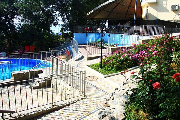 Гостиница Ласковый берег,Дворик у бассейна