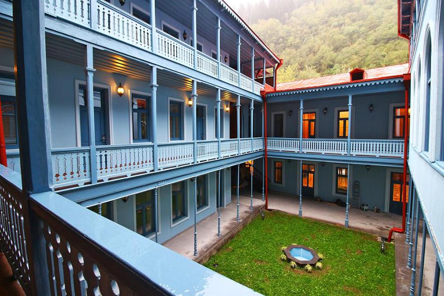 Отель Golden Tulip Borjomi,внутренний двор