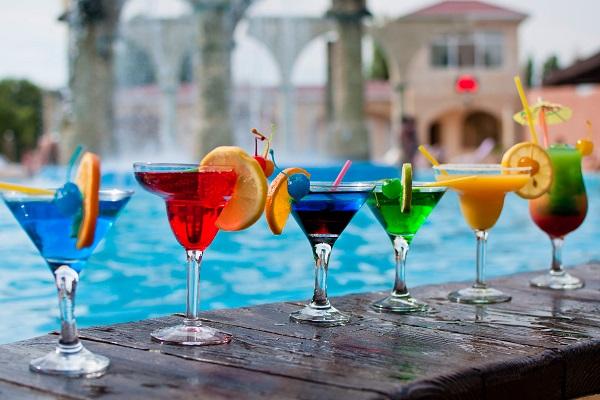 Коктейль-бар у бассейна