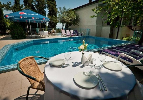 Гостевой дом Вилла Эдем,Открытый бассейн и летняя терраса кафе