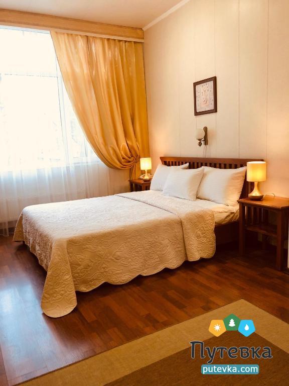 Фото номера Номер 2-местный с двуспальной кроватью и дополнительной кроватью, 1