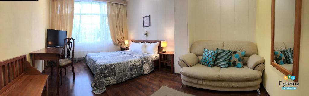 Фото номера Номер 2-местный с двуспальной кроватью и дополнительной кроватью, 2