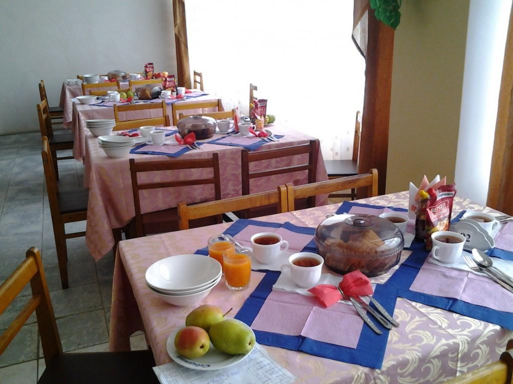 Накрытие стола в столовой