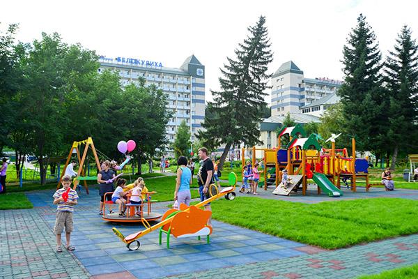 Детская игровая площадка у санатория