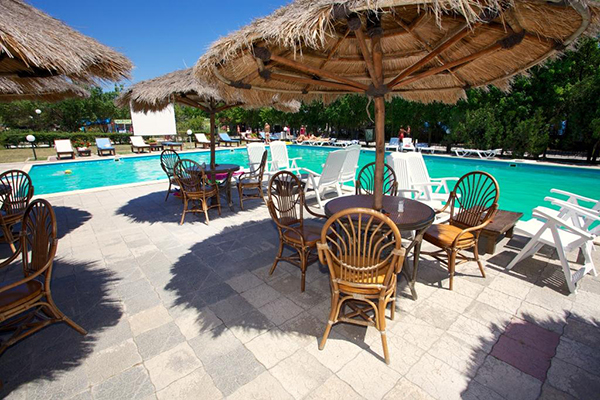 Столы возле бассейна