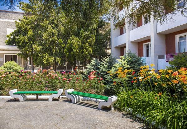 Пансионат Золотой берег,Дворик перед основным 4-этажным корпусом