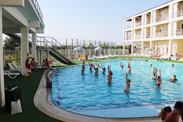 Туристско-оздоровительный комплекс Капля моря,Зарядка в бассейне