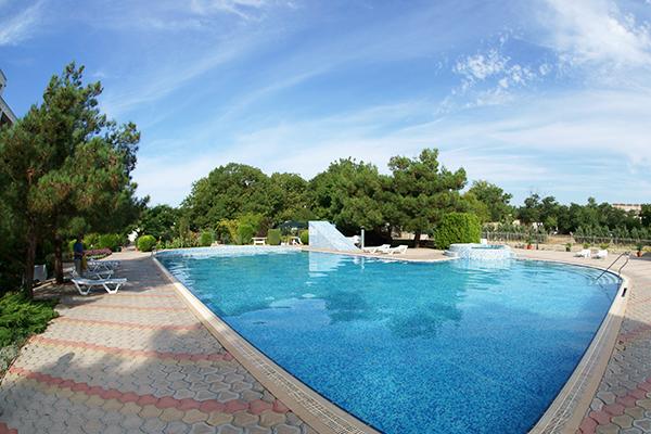 Туристско-оздоровительный комплекс Евпатория ТОК,Территория и бассейн