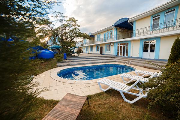 Гостевой дом Гостиный Домик,Внешний вид корпуса и бассейн