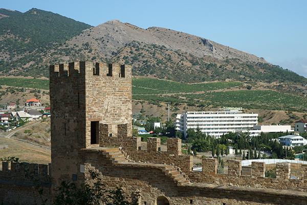 Вид на Судакскую крепость и корпус ТОК Горизонт