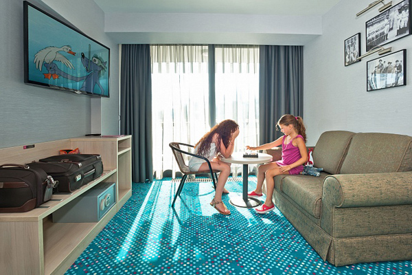 Люкс 3-местный 2-комнатный с двуспальной кроватью и диваном