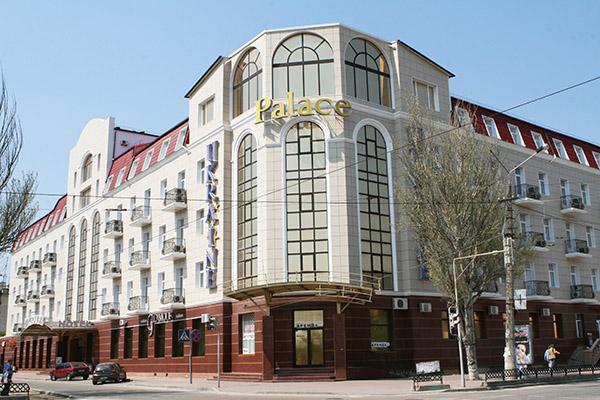 Отель  Украина Палас (Ukraine Palace),Внешний вид здания отеля с дороги