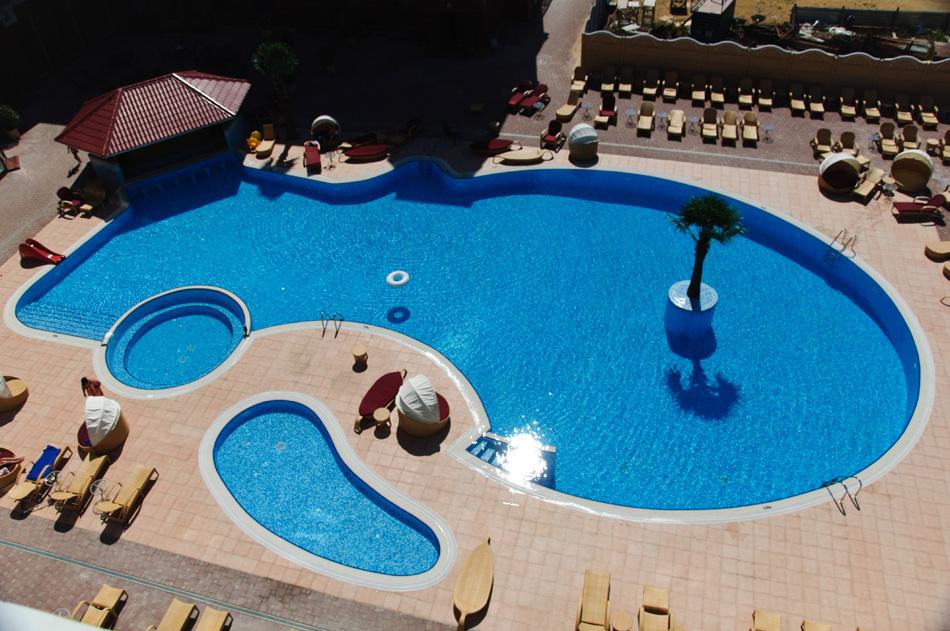 Вид на открытый бассейн