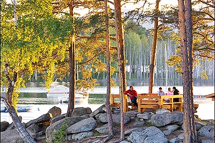 Беседка на берегу озера