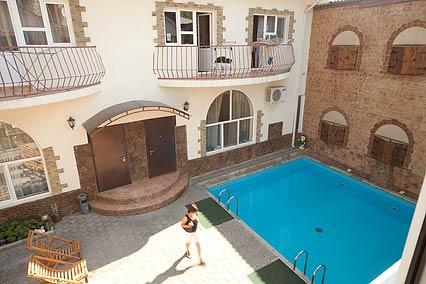 Отель Максимус,Внутренний двор с бассейном
